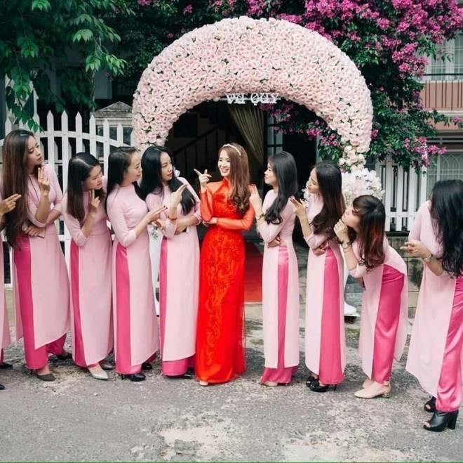 Ngoài áo dài đỏ truyền thống, Phương Anh còn có các mẫu áo dài cách tân phục vụ cho đám hỏi